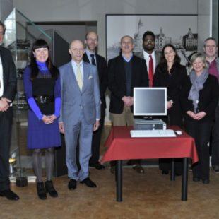 Remise symbolique d'ordinateur au musée de la BCEE